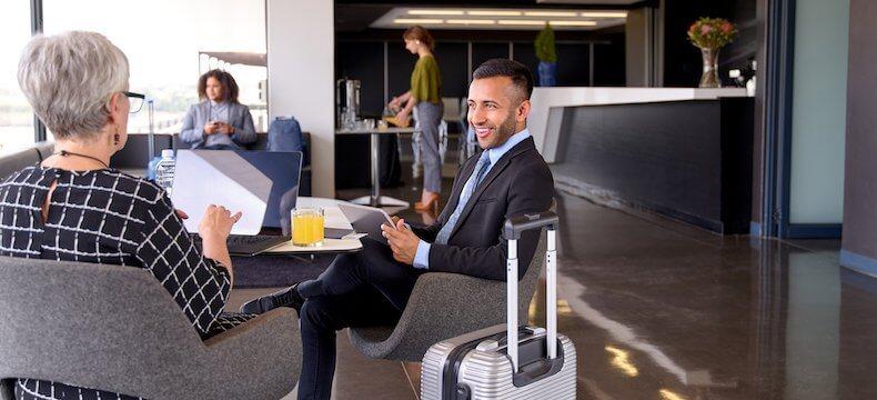 空港ラウンジでくつろぐビジネスマン