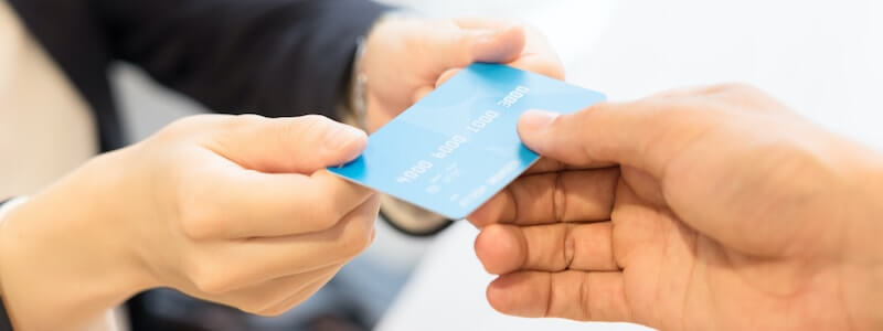 法人プリペイドカードを渡す画像