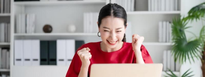 喜ぶ女性の個人事業主