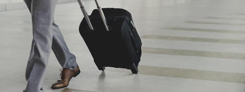 スーツケースとビジネスマン