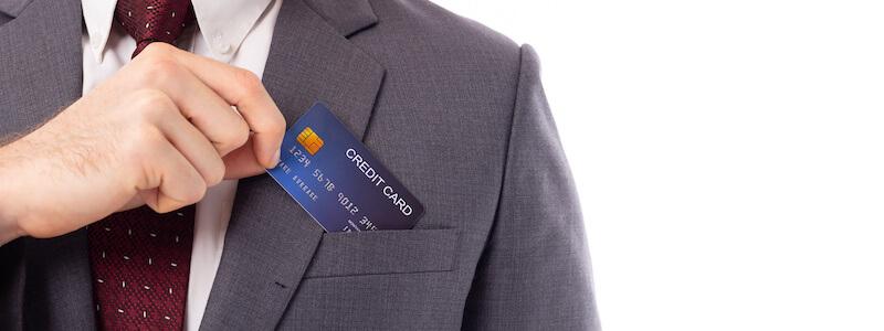 法人カードを取り出すビジネスマン